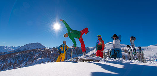 Snowboard-ski-ou-snowboard-mi-temps-happy-winter